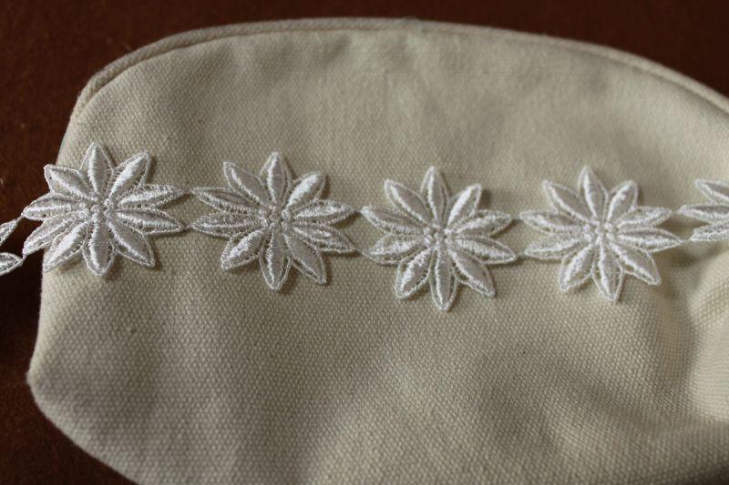 画像2: 25枚!幅3.8cm光沢のある花柄ケミカルレース オフホワイト