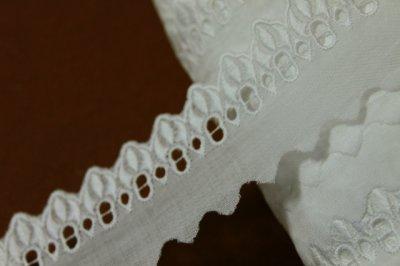 画像2: 3m巻!幅4.5cmリボン通し薔薇柄綿レース ホワイト