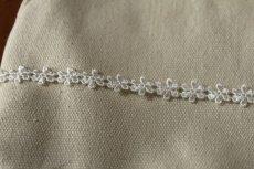 画像4: 6m!幅0.9cm繊細な小花柄ケミカルレース オフホワイト (4)