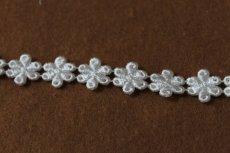 画像2: 計3.4m!幅1.4cm光沢のある小花のケミカルレース オフホワイト (2)