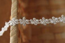 画像2: 6m!幅0.9cm繊細な小花柄ケミカルレース オフホワイト (2)