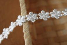 画像4: 計3.4m!幅1.4cm光沢のある小花のケミカルレース オフホワイト (4)