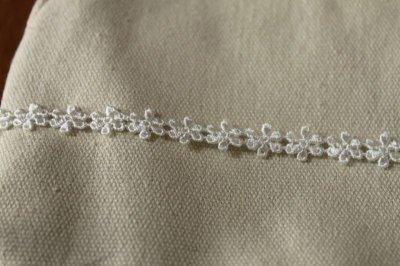 画像1: 6m!幅0.9cm繊細な小花柄ケミカルレース オフホワイト