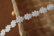 画像4: 3m!幅1.1cm小花柄綿ケミカルレース オフホワイト (4)