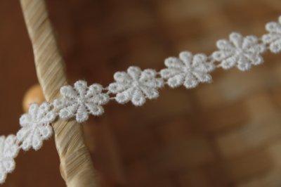 画像2: 3m!幅1.1cm小花柄綿ケミカルレース オフホワイト