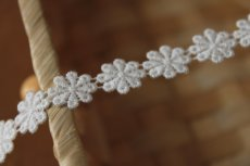 画像2: 4m!幅1.1cm小花柄綿ケミカルレース オフホワイト (2)