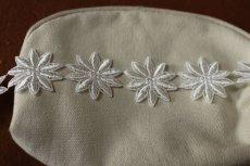 画像2: 25枚!幅3.8cm光沢のある花柄ケミカルレース オフホワイト (2)