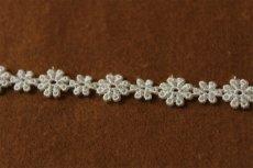画像2: 6m!幅1.1cm大小のお花柄ケミカルレース オフホワイト (2)