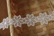 画像4: 6m!幅2.7cm透け感が可愛いお花のナイロンシャー刺繍レース ホワイト  (4)
