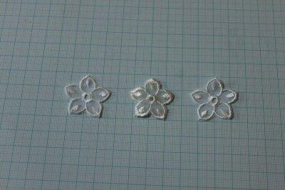 画像1: 12個セット!幅3cmお花のチュールモチーフ オフホワイト