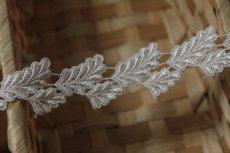 画像4: ケミカルレース オフホワイト 光沢のある大小の葉っぱ柄 3m巻 (4)