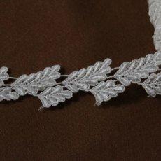 画像1: ケミカルレース オフホワイト 光沢のある大小の葉っぱ柄 3m巻 (1)
