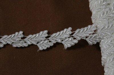 画像2: ケミカルレース オフホワイト 光沢のある大小の葉っぱ柄 3m巻