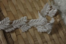 画像5: ケミカルレース オフホワイト 光沢のある大小の葉っぱ柄 3m巻 (5)