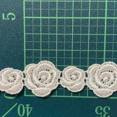 画像2: ケミカルレース オフホワイト  幅2.3cm大小の薔薇柄 3m巻 (2)