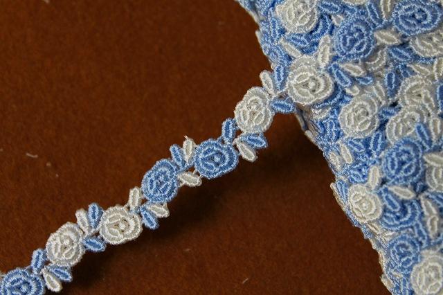 画像1: 1m!幅0.8cm交互の薔薇柄ケミカルレース ブルーとオフホワイト (1)