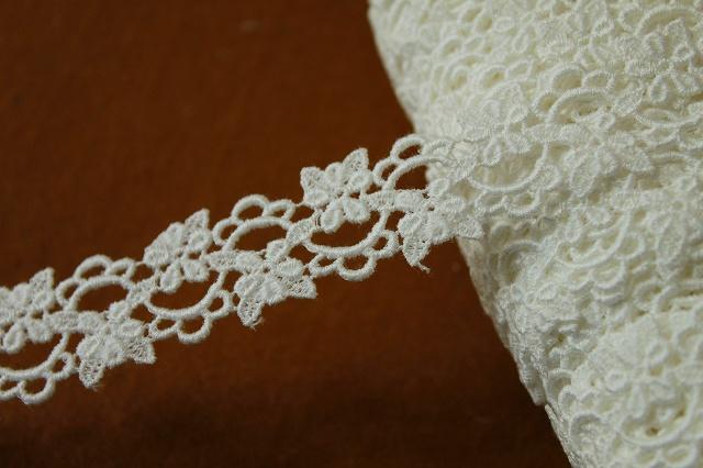 画像1: 6.5m!幅2.4cm綺麗な小花柄綿ケミカルレース オフホワイト アクセサリーレース (1)