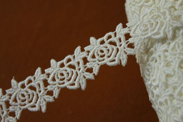 画像1: 3m!幅2.8cm薔薇柄綿ケミカルレース オフホワイト アクセサリーレース (1)
