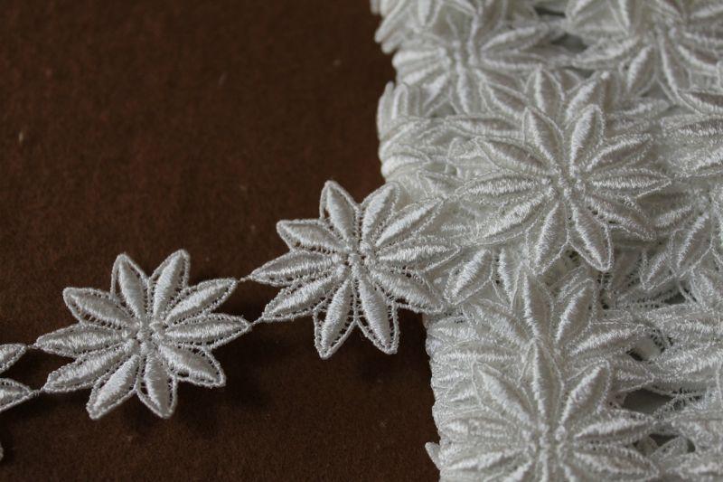 画像1: 25枚!幅3.8cm光沢のある花柄ケミカルレース オフホワイト (1)