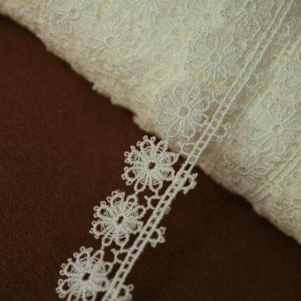 画像1: 3m!幅1.8cm可愛いお花柄ケミカルレース オフホワイト ドールに (1)