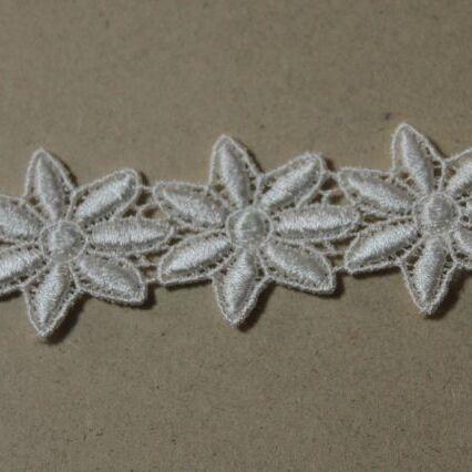 画像1: 33枚巻!幅3.2cm光沢のある花柄ケミカルレース オフホワイト (1)