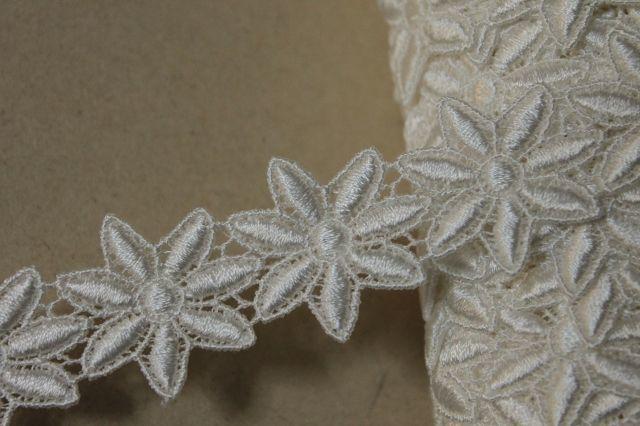 画像1: 33枚!幅3.2cm光沢のある花柄ケミカルレース オフホワイト (1)